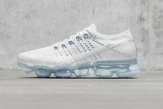 Nike WMNS Air VaporMax White Blue NikeLab Releasing Two Air VaporMax Colorways on of April eukicks Jordan Spieth, Nike Shoes Outfits, Nike Free Shoes, Baskets, Curvy Petite Fashion, Sneaker Magazine, Milan Fashion Weeks, London Fashion, Blue Fashion