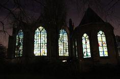 Goudse Glazen van de Sint Janskerk prachtig aangelicht van binnenuit