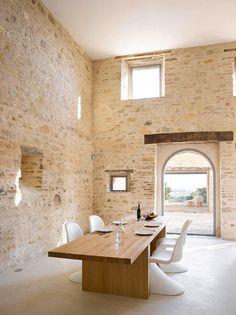 Des chaises design avec un mur de pierres brut : on adore!!