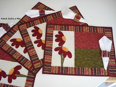 Jogo americano floral e porta guardanapos Table Runner And Placemats, Quilted Table Runners, Quilt Placemats, Fall Placemats, Christmas Placemats, Small Quilts, Mini Quilts, Mug Rug Patterns, Quilt Patterns