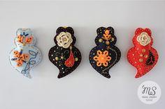 Small embroided felt hearts. Can be used as a pendent, key ring, hand bag decoration or a wedding favor. Has a magnet inside. ----------------------------------------------------------------Pequenos corações de Viana bordados. Pode ser utilizado como um alfinete , porta chave, decoração de bolsa, lembrança de casamento. Tem imã no interior. 10 cm X 7cm