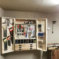 Toolcabinet. Finaly i did get it up on the wall. It was really heavy even empty so my wife gave me a hand hanging it. I used french cleat. #toolcabinet #handtools #handcrafted #handmade #woodwork #woodworking #woodcraft #madeinsweden de peterpersson1001