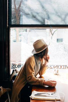 Pausa caffé - rigorosamente vicino alla finestra per osservare scorrere la vita della città.
