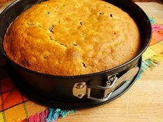 La torta di patate dolci è un dolce morbidissimo reso particolarmente goloso dalle gocce di cioccolato che vengono aggiunte nell'impasto.