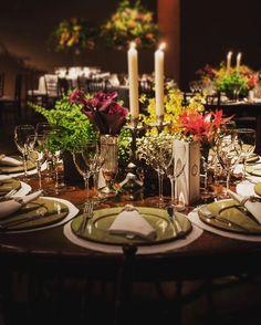 Mesa de jantar com arranjo de composição de peças! #mbaellarfestas #mbacellar #mesadejantar #wedding #casamento #flores flowers #sousplat