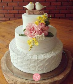 """Bolo de casamento em 3 andares. Topo de bolo """"love birds"""""""