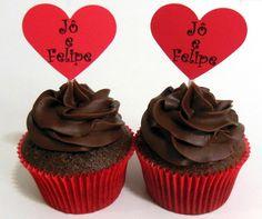 Cupcakes para Chá de Panela com plaquinhas em formato de coração.