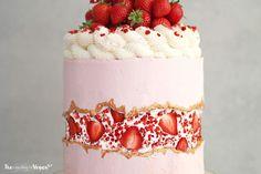 Who wants some STRAWBERRY 'Fault line' CAKE ? 3 layers of vanilla cake, a 'Strawberry Sundae' buttercream filling,… Strawberry Sundae, Strawberry Cakes, Beautiful Cakes, Amazing Cakes, Vanilla Sponge Cake, Vanilla Cake, Strawberry Cake Decorations, Gateaux Vegan, Birthday Cakes