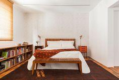 Apartamento Reformado: madeira, ladrilho hidráulico geométrico e ambientes integrados são protagonistas