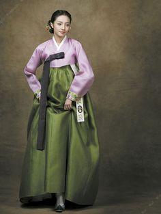 Hanbok, Korean Traditional Dress, such wonderful shades of green and pink - complex, subtle, sophisticated tones. Korean Traditional Dress, Traditional Fashion, Traditional Dresses, Korean Dress, Korean Outfits, Korea Fashion, Asian Fashion, Green Fashion, Modern Hanbok