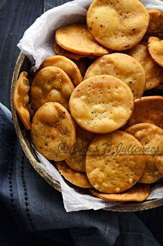 Masala Papdi is a deliciously crisp and flaky snack seasoned with spices. These are deep fried savoury Indian crackers made just for the munchers hidden within all of us. Savory Snacks, Yummy Snacks, Snack Recipes, Cooking Recipes, Cooking Tips, Breakfast Recipes, Vegetarian Recipes, Delicious Food, Dessert Recipes