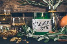 Die Winterzeit-Kerze duftet herrlich nach wärmenden Gewürzen. Da fehlen nur noch Lebkuchen und Kekse und die vorweihnachtliche Stimmung ist perfekt.  Duftrichtung: zimtig warm Echter Duft aus 100% naturreinen, ätherischen Ölen. Rosmarin Aromatherapie-Effekt: wärmend - stimmungsvoll Ein wunderschönes Wohnaccessoires, Geschenk und für Liebhaber von natürlichen Duftkerzen. Wine Glass, Alcoholic Drinks, Table Decorations, Tableware, Food, Home Decor, Winter Time, Ginger Beard, Mood