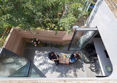 Extended London house featuring a curved black extension and a pop-up cinema room.