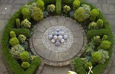 formalgarten gestaltungsideen immergrüne pflanzen steinkugeln dekoration