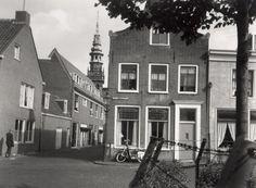 De Gedempte Raamgracht hoek Raamstraat, oostzijde, ziende naar het oosten. Ziende richting Nieuwe Kerksplein met de Nieuwe Kerk, 1961
