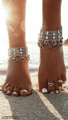 Boho style feet hippie looking anklet and toe rings / I adore white nails, ankle bracelets and toe rings, beaches, boho photos. Boho Gypsy, Bohemian Jewelry, Hippie Boho, Boho Jewellery, Beach Hippie, Modern Hippie, Bohemian Rings, Bohemian Beach, Hippie Stil