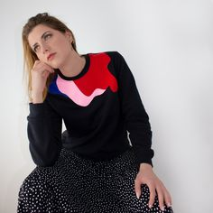 The Öst sweatshirt is an ideal garment for your looks, both day and night. This sweatshirt has a three-colour embroidery, blue, pale pink and red, printed with silk-screening in the neckline area. It is a very versatile garment and its soft interior gives a great feeling of comfort. It has long sleeves, a round neck and a straight finish on the bottom. Handmade in Barcelona. Limited Edition