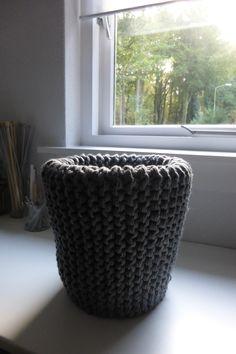 Knitted cover for wastebin