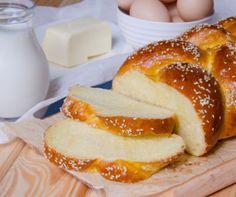 http://www.mindmegette.hu/Ha minden vágyad, hogy húsvétkor magad készítette kaláccsal edd a sonkát, de nem mertél belevágni a dagasztás-kelesztés procedúrájába, akkor most mutatunk egy receptet, amit gyerekjáték elkészíteni. Mindent beleöntesz egy mélyhűtőtasakba, ebben meggyúrod, megkeleszted, majd a háromba vett tésztából fonatot készítesz. Ennyi!