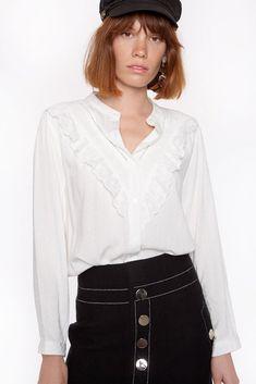 Blusa blanca con guipur en el escote
