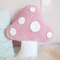 coussin champignon crochet. ༺✿ƬⱤღ https://www.pinterest.com/teretegui/✿༻