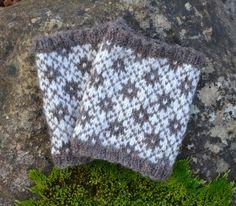 Ravelry: Annsofie's cuffs pattern by Ann Linderhjelm Knitted Gloves, Lace Knitting, Yin Yang, Hand Warmers, Ravelry, Wool, Blanket, Crochet, Pattern