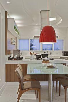 como decorar a sua cozinha? luminária pendente para cozinha. onde comprar luminária para cozinha. cor vermelha na cozinha. cozinha americana. mesa de jantar