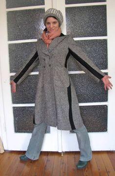 Le manteau de Katja, du blog Of Dreams and Seams, était devenu un peu trop étroit pour elle. Alors, plutôt que de le jeter, elle a ajouté des bandes de tissu contrastantes sur les côtés et le long des manches, juste de quoi pouvoir le porter à nouveau.