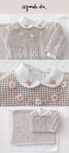 Uma opção de cor para o segundo dia na maternidade, é um tom de cinza mais suave e calmo, com flores rosinhas bordadas na gola e em outros detalhes do conjunto.