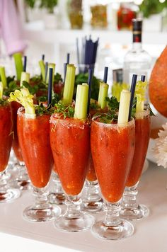 Remata los Bloody Mary's con apio y hierbas. Es la manera ideal de comenzar tu boda estilo brunch. Fotografía: Colin Cowie Weddings.