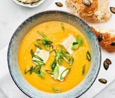 En gul soppa som är krämig och len. Morötterna, ingefäran och chilin passar väl ihop och du har kanske en ny favoritsoppa att njuta av under mörka höstkvällar. Servera med tofu och salladslök.