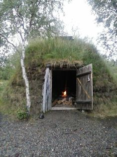 Whether you need to improves a shelter after a disaster, or just want to run away to the wilderness, these primitive houses may be the answer… Bushcraft Camping, Camping Survival, Survival Skills, Homestead Survival, Emergency Preparedness, Underground Homes, Earth Homes, Survival Shelter, Cabins And Cottages