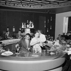 Hotelli Torniin avattiin vuonna 1960 uusi mannermainen American Bar, jossa asiakkaita palvelllaan salin keskelle sijoitetulta pyöreältä baaritiskiltä. Kuvassa juuri avattu baari. Helsinki 20.7.1960 Photo: Jyrki Pälviö.
