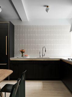 Un canapé bleu vif est la vedette de cet appartement à New York - PLANETE DECO a homes world Kitchen Design Color, Home Kitchens, Kitchen Space, Interior, Kitchen Interior, Interior Design Kitchen, Home Decor, Kitchen Style, House Interior