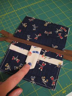 Noodlehead: Zippy Wallet Tutorial- coin purse w/outside snapped pocket