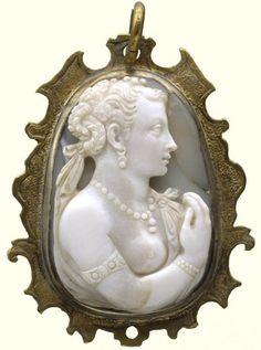 Kamee Weibliche Halbfigur, Datierung um 1570; Fassung: spätes 16. Jh. Chalcedon. 3,32 x 2,37 x 0,88 cm. (Inv.-Nr. B XVI. Tab. B-VI-28) Site: http://kameen.museum-kassel.de/ -Staatlichen Museen Kassel-