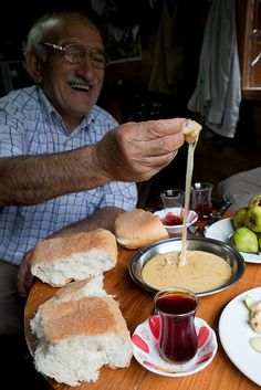 A dish of fried cheese and butter, making a Turkish style fondue to eat with chunks of homemade bread. Fried Cheese, Cheese Fries, Turkish Recipes, Ethnic Recipes, Turkey Places, Republic Of Turkey, Turkish Style, The Turk, Turu