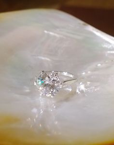 Bague 6 griffes Oxyde de zirconium 12 mm 600.00 $ TTC  Possible de commander version or blanc diamant..... Or blanc 14 K  Diamant 5.59 Carat H SI2 11.72 mm (c'est le seul que j'ai trouvé avec la bonne dimension) 125 000.00 $ TTC C'est pas une joke... si vous en voulez un c'est possible