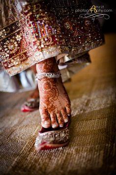 Rajasthani shoes ♥ bride ♥ Indian ♥ fusion ♥ wedding ♥ dress ♥ mehndi ♥ henna ♥ jewellery <3 lehenga