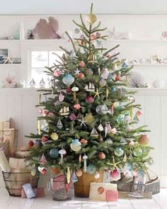 Decorate the tree with seashells and starfish.