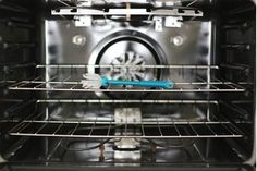 How to Steam Clean an Oven - Cleaning Hacks Cleaning Oven With Ammonia, Oven Cleaning Hacks, Self Cleaning Ovens, Steam Cleaning, Diy Cleaning Products, Cleaning Solutions, Deep Cleaning, Cleaning Wipes, Cleaning Routines