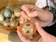 How it's made - painted eggs for Easter (romanian tradition) Romania People, Orthodox Easter, Visit Romania, Ukrainian Easter Eggs, Educational Activities For Kids, Romanian Food, Gypsy Wagon, Easter Traditions, Easter Art