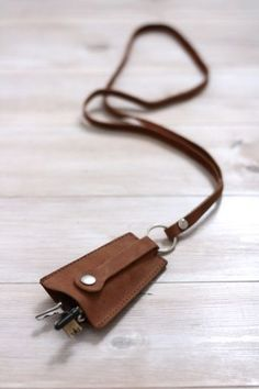 """such a cute and chic way to carry your keys and avoid the """"jingle jangle"""" aka """"I sound like a jail warden"""" vibe Mais Leather Key Holder, Leather Key Case, Leather Pouch, Leather Tooling, Leather Art, Leather Design, Couture Cuir, Leather Projects, Small Leather Goods"""
