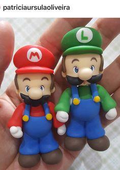 Mario e Luigi Super Mario Bros, Bolo Super Mario, Luigi Cake, Mario Cake, Baby Shower Gift Basket, Baby Shower Gifts, Diy Clay, Clay Crafts, Mario Y Luigi