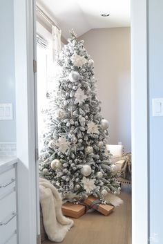 Looking for for ideas for farmhouse christmas tree? Browse around this site for amazing farmhouse christmas tree ideas. This particular farmhouse christmas tree ideas looks entirely fantastic. Rose Gold Christmas Decorations, White Christmas Trees, Beautiful Christmas Trees, Noel Christmas, Christmas Mantles, Victorian Christmas, Vintage Christmas, Flocked Christmas Trees Decorated, Xmas Tree