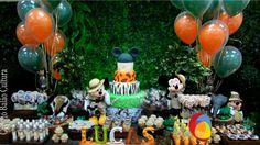 Decoração de mesa com balões de 12 polegadas inflado com gás hélio, fixados na mesa principal. Créditos: Decoração de balões: Balão Cultura (www.balaocultura.com.br) Local: Buffet Catavento