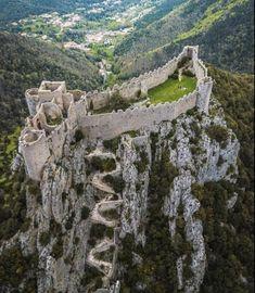 La touche française - Château de Puilaurens. Road Trip France, France Travel, Beautiful Castles, Beautiful Places, Great Places, Places To See, France Photography, Castle Ruins, Sitges