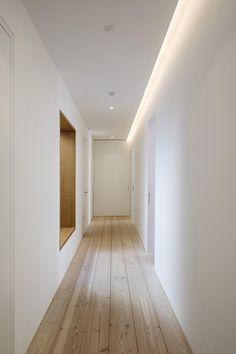 Wohnhaus SOB Corridor Lighting, Hall Lighting, Cove Lighting, Interior Lighting, Lighting Design, Hidden Lighting, House Ceiling Design, Ceiling Design Living Room, Ceiling Light Design