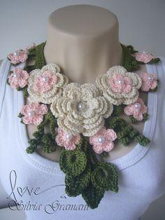 Colar de crochê feito em linha 100% algodão.  Este colar é uma linda composição de flores e folhas nas cores: verde, cru e rosa.  Pode ser feito na cor desejada, consulte. R$55,00