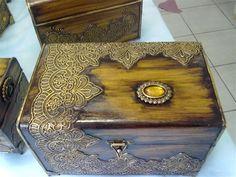Baú com renda plástica e envelhecido. Thali Decoration Ideas, Cigar Box Crafts, Altered Cigar Boxes, Green Craft, Decoupage Box, Idee Diy, Old Frames, Diy Box, Casket